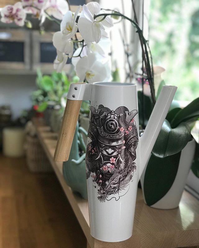 Tatouage éphémère pour décorer un arrosoir