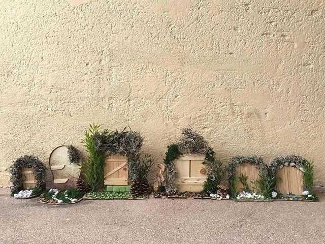 Atelier petites portes de fées. Je suis bien fière de mes élèves, âgées de 5 à 50 ans ! Regardez les mignonneries qu'elles ont crées, à partir de carton, de caissettes en bois, de bâton de glace, de mousse et de petits cailloux !!! Ca rend super bien ! #lesateliersdeciloubidouille #ateliercreatif #diy #kidcraft #portedefée #elfdoor