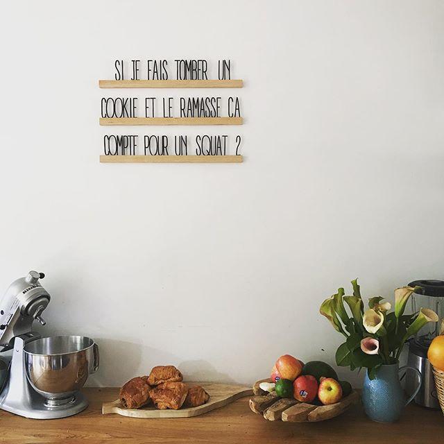 On part dans quelques jours et comme on loue la maison, je suis bien occupée à la ranger ! Mais du coup, j'en profite pour poser quelques touches de décos en attente. J'avais dit «pas de déco murale dans la cuisine» mais là, j'ai craqué. Ca vous plait ? #cilounewhome #wallmessage #decocuisine #lesmursparlent