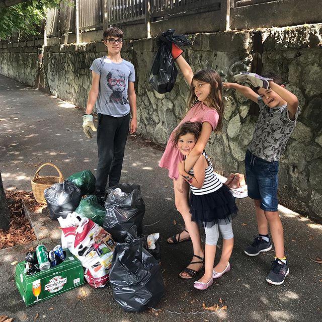 Sortie nettoyage cette aprem. J'ai embarqué les enfants que j'avais en stock, quelques sacs poubelles, des gants... On a nettoyé de fond en comble un chemin que j'arpente tous les dimanches avec mon pote de basket. Habituellement, avec lui, notre règle est «dès qu'on trouve un sac par terre, on le remplit de déchets». Mais comme on est quand même là pour faire du sport, on n'en ramasse pas autant qu'aujourd'hui. Là, on a rempli une bonne quinzaine de sacs (qu'on vidait dans les poubelles municipales parce qu'on n'en avait pas assez). On a fait des sacs de verre, des sacs de canettes, des sacs de plastique et des sacs de déchets divers. Je sais bien que d'ici une semaine, ce chemin sera à nouveau dégueu. Mais ce que je retiens, c'est l'enthousiasme des enfants à nettoyer ainsi que leur dégoût/incompréhension face à tous ces gens qui laissent leurs merdouilles par terre. Pis aussi la réaction des gens autours qui encouragent et remercient. Bref, un chouette moment à ramasser les déchets des autres ^^ ! #zerodechet #jeramasseundechetparjour #citoyenurbain #ecocitoyen #greenspirit