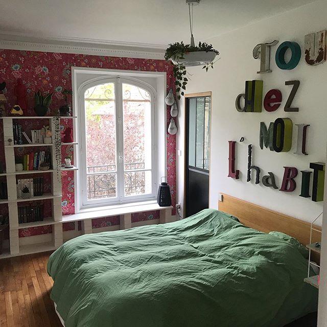 Ma chambre est finie et je l'adore !! Je vous raconte tout sur le blog. Dedans, on y a casé un dressing (derrière la porte atelier), ce qui fait que plus rien ne traine !!! J'ai fabriqué une étagère pour exposer les plantes et les objets que j'aime. Je me marre à chaque fois que je lis le message au-dessus de ma tête de lit. Et ce papier peint (clivant lui-aussi décidemment) me ravit à chaque fois que je le vois ! L'ensemble si unique me file la patate !!! Vous en pensez quoi vous ? #cilounewhome #chambreparentale #decorationchambre #homestaging #madecoamoi