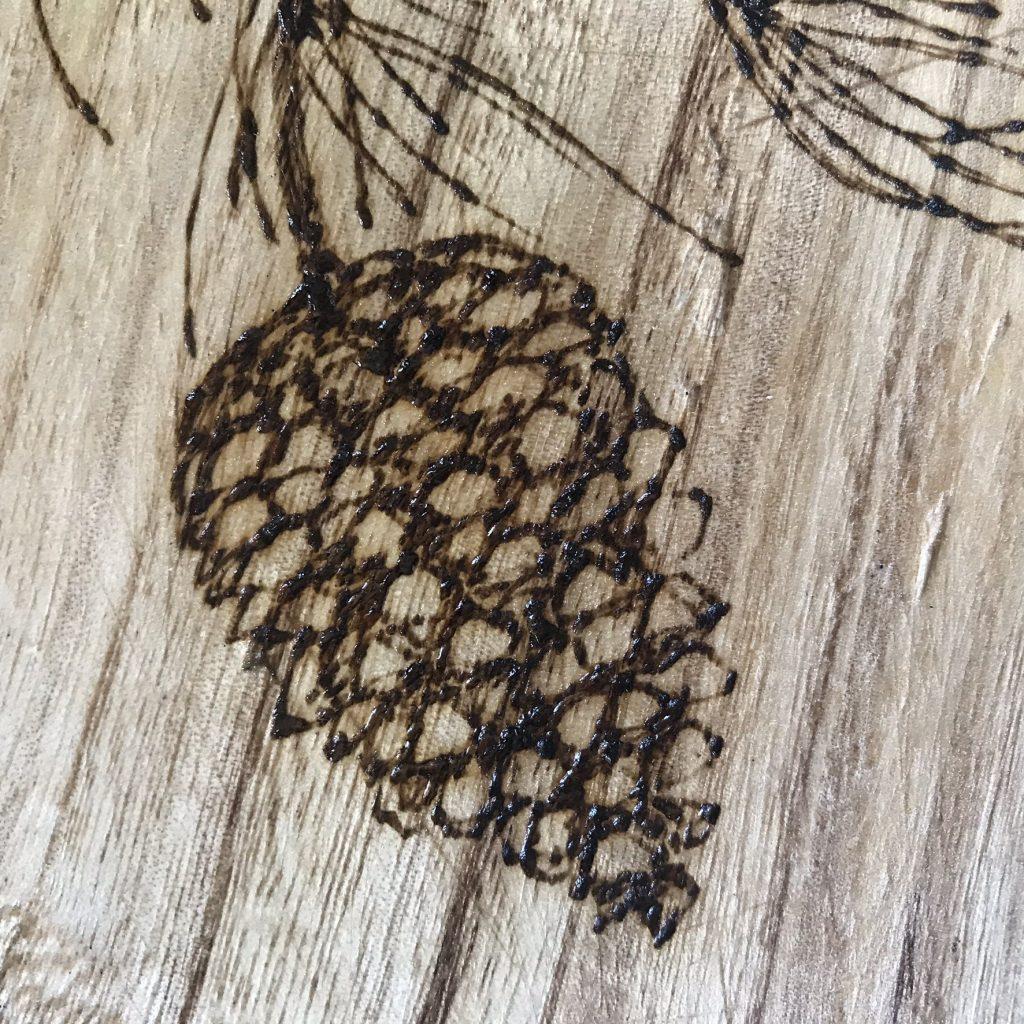 Plateau pyrogravé de pommes de pin