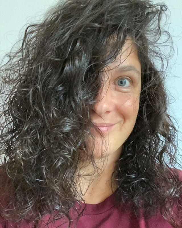 Gratitude pour mes cheveux... Je suis née chauve et je le suis restée longtemps. J'ai commencé à avoir des cheveux vers 2 ans selon la légende familiale mais ensuite ils sont arrivés en masse. Ils ont toujours un peu bouclé, sans grande résistance. Un coup de brosse et c'est fini. Plus ils sont longs, plus ils sont raides, assez logiquement. Entre mes 20 ans et mes 35 ans, j'ai servi de mannequin cheveux pour Eugène Perma. J'étais payée pour filer ma tête à des pros sensés mettre en valeur les produits auprès de leurs coiffeurs affiliés. Encore maintenant, je ressors rarement de chez un coiffeur sans un compliment sur ma tignasse. Je les laisse pousser parce que j'ai envie d'être une mamie aux cheveux longs. Je m'y prends à l'avance. C'est la seule partie de mon corps où on peut dire que j'en prends soin. Alors forcément, ma routine (pusique c'est le mot consacré) ferait rigoler les pros mais vu le peu d'attention que je porte au reste de ma peau, on peut dire que mes cheveux sont des coqs en pâte. Savon solide bio depuis presqu'un an. De l'huile de coco tous les mois. La folie. Zéro sèche-cheveux de ma vie ou presque. Parfois des masques si on m'en offre :). J'aimerais trouver un produit pour garder mes boucles mais je ne veux pas de tube en plastique. Compliqué. Bref, dans la liste des choses que j'aime chez moi, mes cheveux figurent en haut. Et vous ? Quelle partie de votre corps vous plait le plus ? Si vous lui rendez hommage, vous me faites signe ? #penseespositives #gratitude #cheveuxbouclés