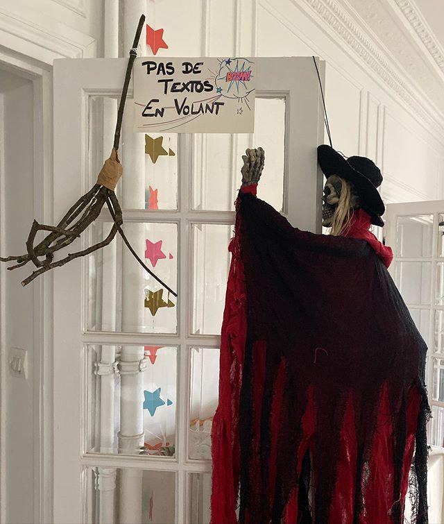 C'est parti pour la déco d'Halloween ! Je sais que cette fête n'est pas populaire en France mais clairement ici c'est la méga joie ! Ceux qui bossent prennent leur journée et tout le monde bricole pour transformer le salon en farandole de citrouilles, de squelettes, de fantômes et autres sorcières ! Et comme vous le voyez, on se marre avec nos conneries ^^ ! Joyeux halloween à ceux qui le fêtent :) #halloween2019 #halloweendecorations #halloween #ciloubidouille