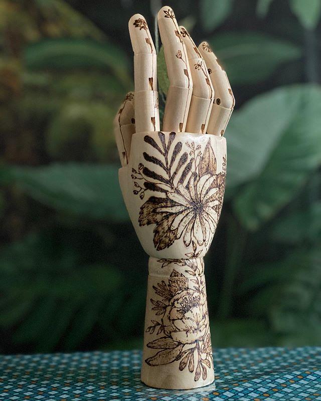 Main en bois pyrogravée façon tatouage