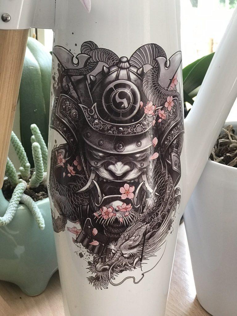 tatouage sur arrosoir