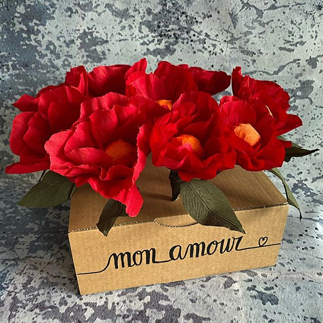 Ciloubox surprise - Vous aimez beaucoup les surprises que je crée pour les gens que j'aime. Alors je vous montre comment en réaliser une sur le blog qui s'adaptera à toutes les occasions je pense :). Mon article vous explique la fabrication de fleurs gourmandes en papier crépon. Vous me direz ce que vous en pensez :). #surprise #ciloubox #fleurenpapier #papiercrepon #paperflowers #paperart #paperflorist #ciloubidouille