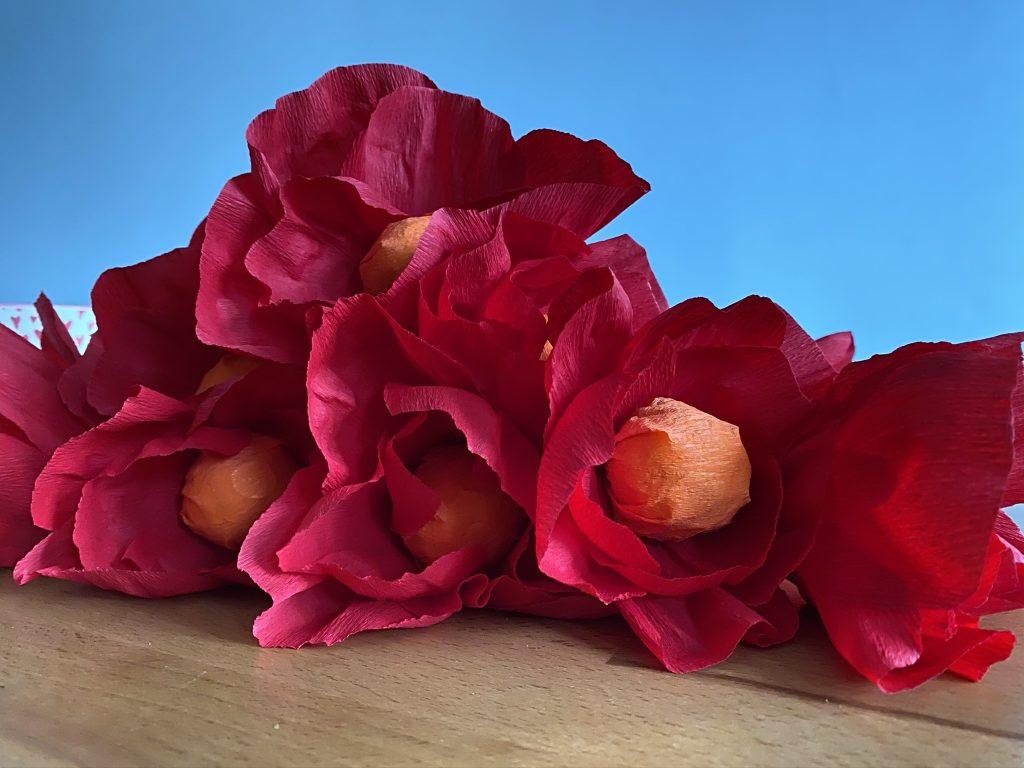 fleur en papier crépon avec coeur de chocolat