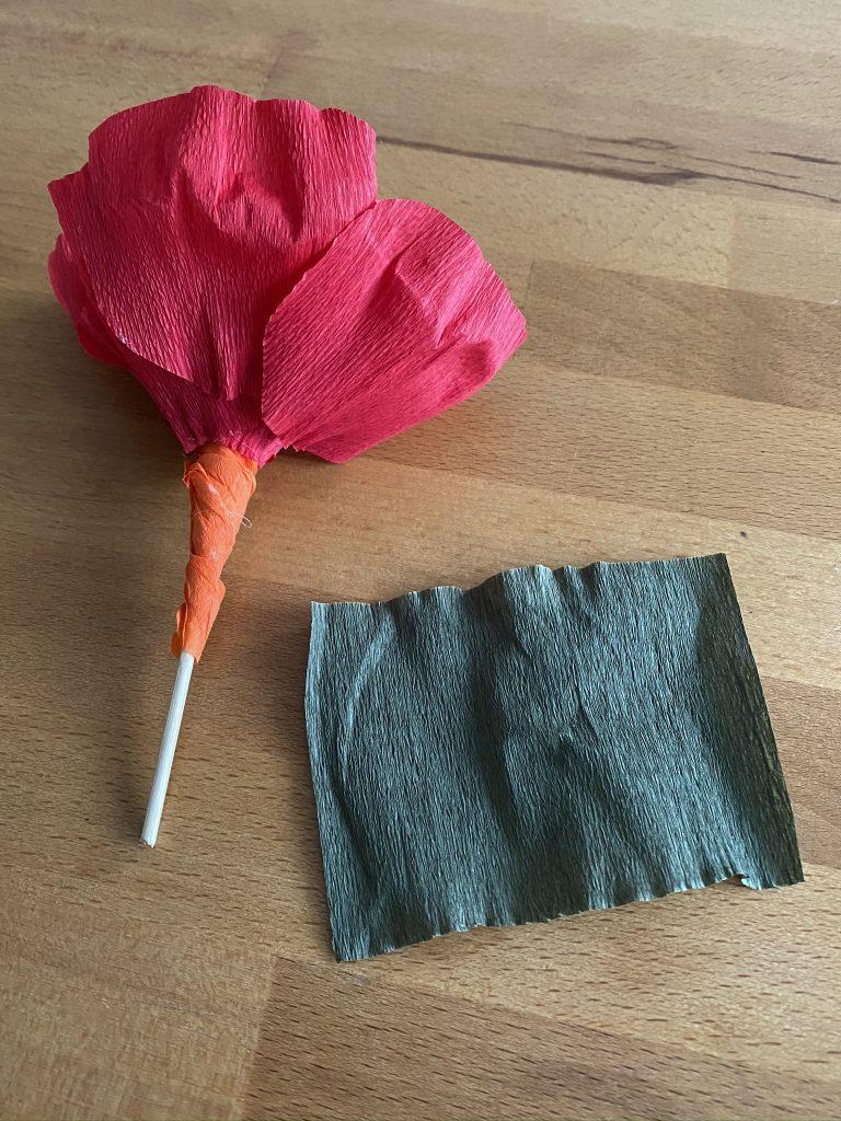habiller la tige de la fleur en papier crépon