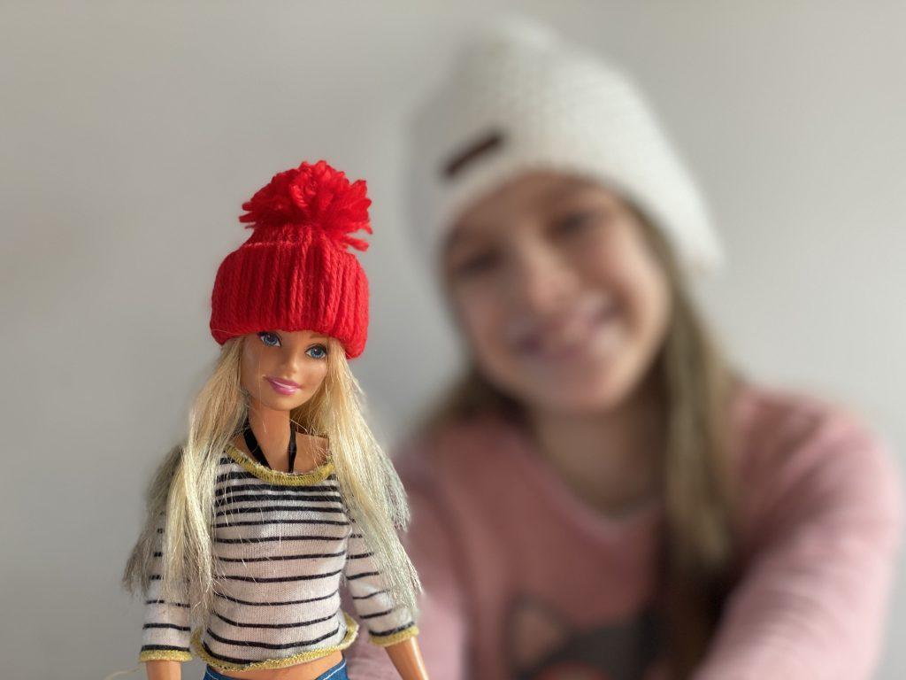 mini-bonnet en laine pour poupée