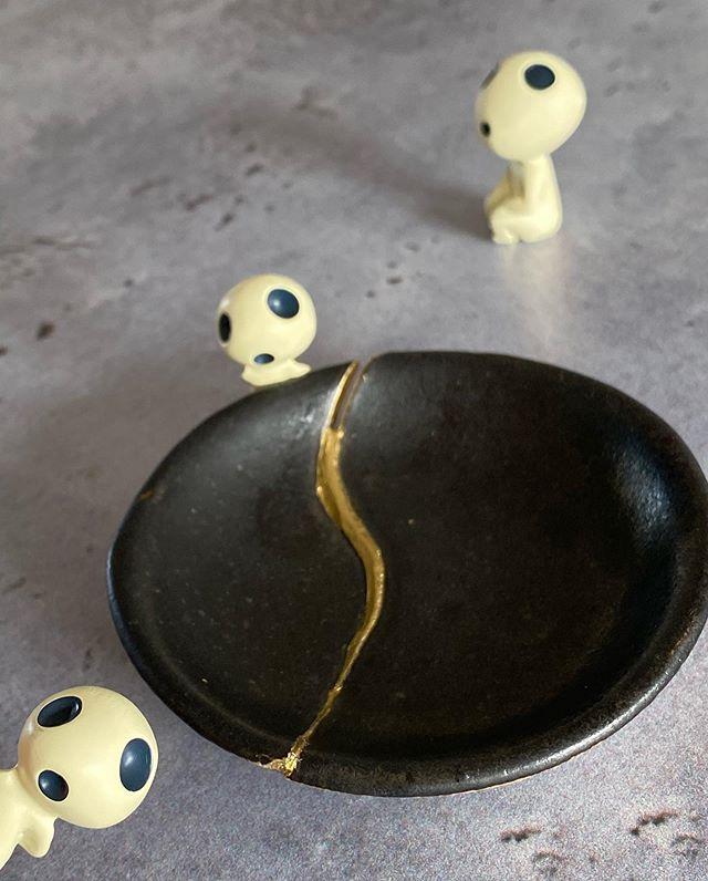 Kintsugi - sans doute avez-vous déjà entendu parler du Kintsugi, cet art japonais qui consiste à réparer les porcelaines et autres céramiques à partir de couches de laques successives et ,in fine, de poudre d'or. C'est à la fois une technique qui demande un vrai savoir-faire mais aussi une pratique vue comme un symbole de résilience. Ne pas chercher à cacher ses félures, les sublimer... J'ai suivi un atelier avec @atelier.tsukumogami hier. J'ai réparé cette coupelle dans l'esprit du Kintsugi, mais pas du tout selon le même procécé qui prend presqu'un an.... Finalement, ici comme ailleurs, quand on parle de résilience, pas de magie, mais du temps, du temps, du temps... Et un peu de poudre d'or :). Ca me va totalement. Vous connaissiez cet art japonais ?