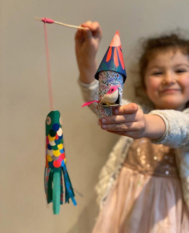 «J'adore la créativité» - C'est ce que m'a dit ma nièce en arrivant à la maison. Elle a enchainé par «on peut faire un atelier ?». Je ne sais pas bien ce que signifie pour ses 5 ans le mot créativité. Mais je vois bien qu'elle l'associe à un truc cool et qu'elle pense que j'en suis un distributeur sans fond ^^. A peine on avait fini un projet qu'elle en réclamait un autre, un peu comme les enfants demandent encore une histoire ou une chanson. Alors j'ai passé l'aprem à bricoler avec elle, autour de papiers et de rouleaux de PQ. C'était chouette de revenir à des projets simples, adaptés à son âge. Et c'était aussi hyper joyeux de la regarder exprimer sa créativité avec assurance, envie et détermination. Si elle est la représentation de la femme de demain, alors je signe avec enthousiasme pour les années à venir. #jemusclemacréativité #créativité #activitesenfants #activitemanuelle #ciloubidouille