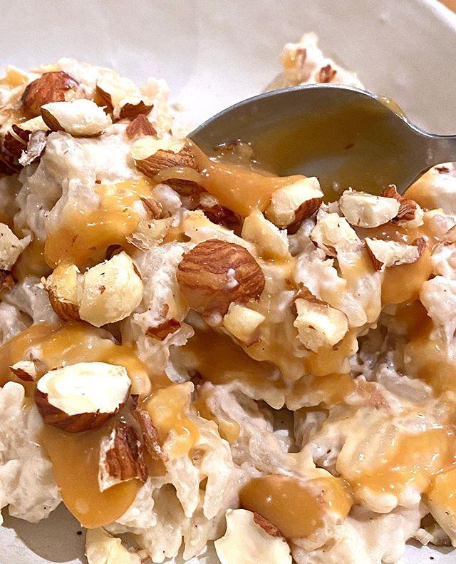 Riz au lait qui déchire ! J'ai suivi la recette de @moulayefanny (dont je vous recommande le compte). C'était tellement bon ! Et pourtant j'ai fait avec les ingrédients de mon placard : du riz long au lieu du riz rond, du lait demi écrémé au lieu du lait entier, de la crème fraiche moins grasse, etc... mais la régalade ! Ce riz au lait bien vanillé, accompagné du caramel au beurre salé de Maëlleprincesse et d'éclat de noisettes, a fait ma joie d'hier ! J'ai adoré ! #lesrecettesdeciloubidouille #rizaulait