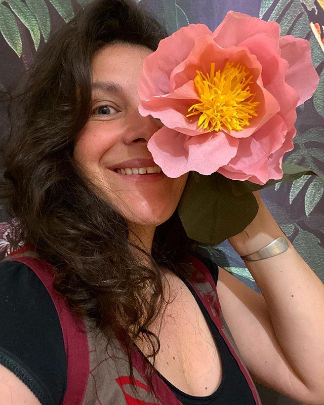 Fin de l'atelier de fleurs en papier crépon - C'était super chouette. J'ai adoré vous montrer comment réaliser cette simple rose et cette pivoine toute mignonne. J'espère que vous prenez autant de plaisir que moi à bricoler. Pour ceux qui auraient loupé le live, il est visible pour 24h dans mes stories :). J'ai hâte de voir vos fleurs maintenant !!! Vous me les montrerez ? N'hésitez pas aussi à me faire vos retours sur ces ateliers. Vos envies ? Vos suggestions d'animation ? Est-ce que je suis claire ? Vous me dites ?