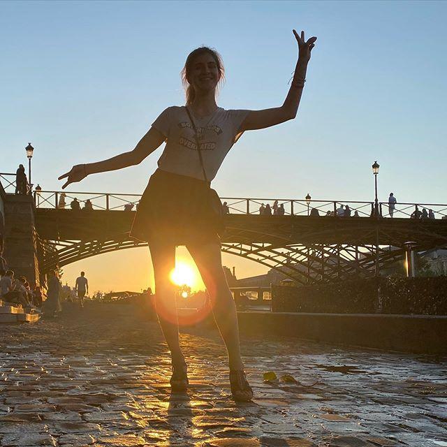 L'étudiante - Hier soir nous sommes partis marcher à Paris en famille. L'idée était de profiter des quais, naïvement. Sauf que c'était vraiment blindé. Alors on a décidé de crapahuter jusqu'à la future école de Maëlle, vers Raspail. C'était une belle soirée dorée de soleil, où on a mangé des kebabs et des glaces. J'ai pu découvrir l'endroit où ma fille travaillera les prochaines années. Mais surtout, je l'ai vu joyeuse, pleine d'envies. Il est quand même formidable le temps des études post bac non ? Je lui souhaite de profiter de toute la ponctuation des pages qu'elle écrira. Les virgules pour respirer, les points d'interrogation pour découvrir, les points d'exclamation pour se laisser surprendre et ceux de suspension pour le mystère de toutes les graines qu'on plante :). Ce que tu es suffit mon immense fille !