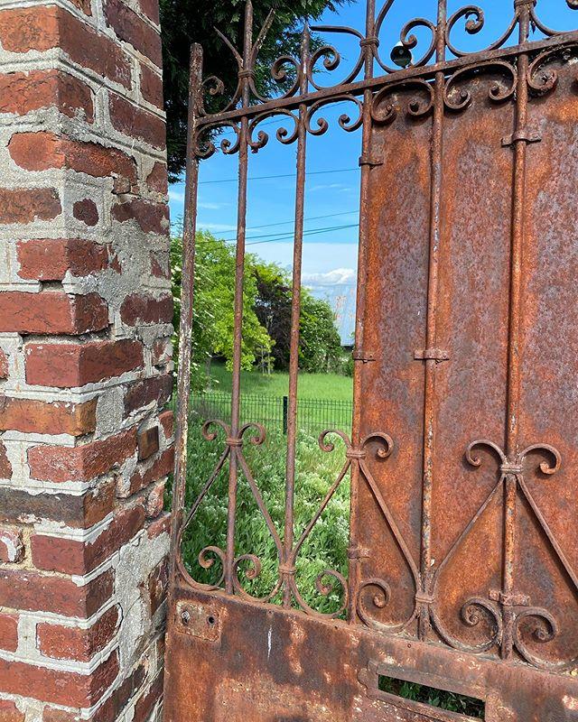 porte rouillée fenêtre campagne