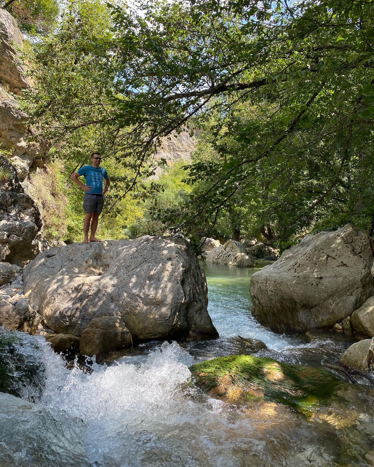 Fille de rivière - quand on parle baignade, à choisir, je préfère les rivières à la mer. J'aime leur beauté sauvage + leur fraicheur ne me dérange pas + je m'y amuse davantage. Nous avons délaissé les galets de Nice pour aller à la découverte des rochers du saut du loup. On a passé une super journée et on vous recommande le coin :).