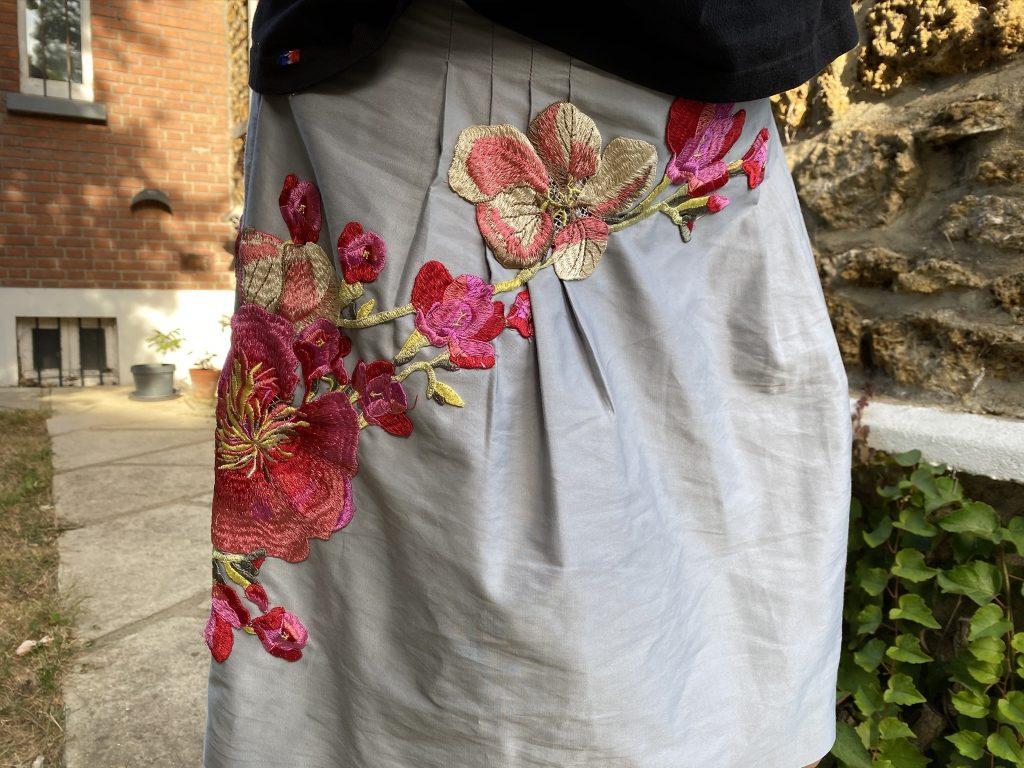 Upcycling de jupe avec un patch de broderie