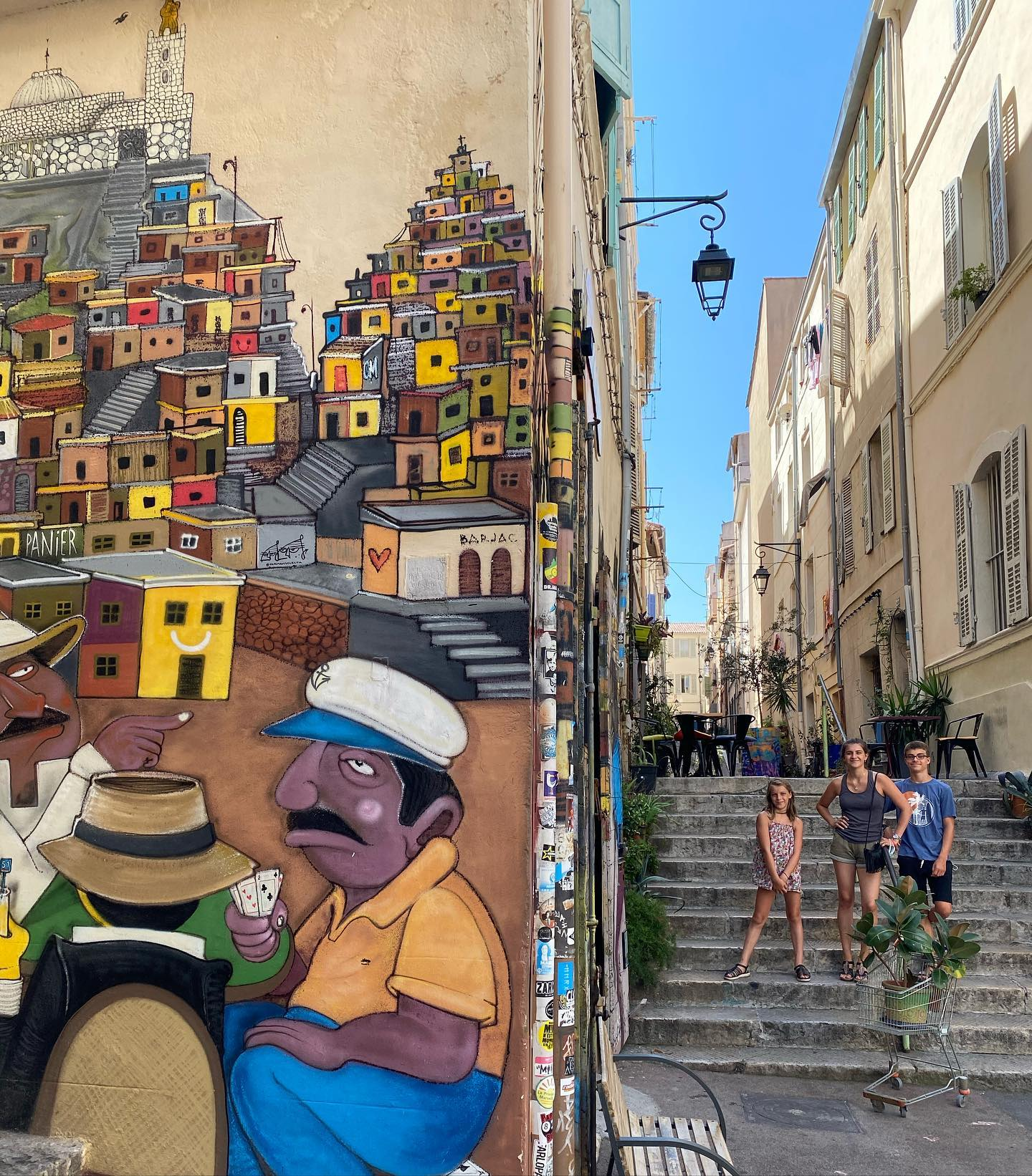 Marseille - J'ai trouvé un moyen de me souvenir qu'on ne met pas de S à la fin de Marseille ! C'est simple, c'est parce qu'il n'y a qu'une sardine qui a bloqué son port . Sinon on s'est promenés au Mucem, dans les rues du Panier, on a traqué le street art et très bien mangé au restau @lapassarellemarseille. Maintenant on cherche l'ombre avant notre partie d'escape game :). #marseille