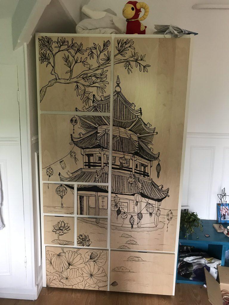 armoire décorée au posca