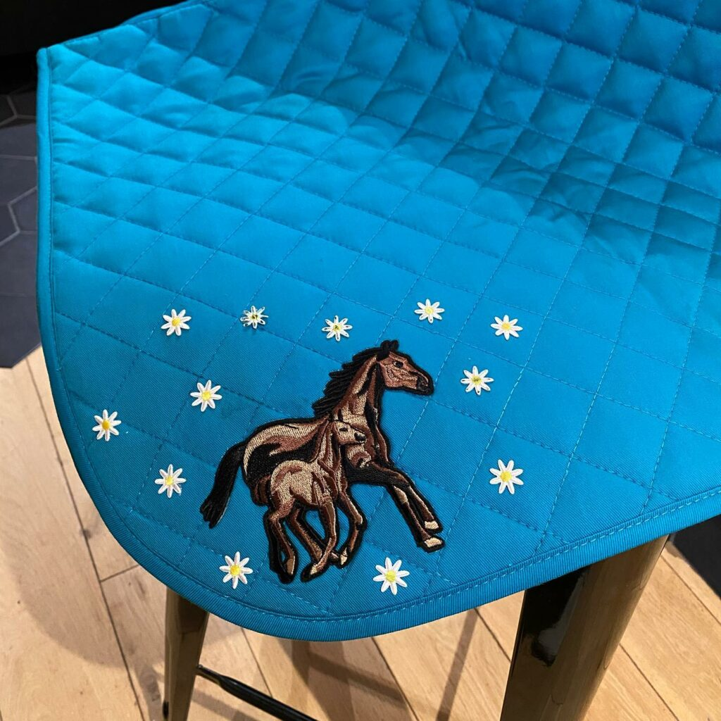 tapis de cheval brodé
