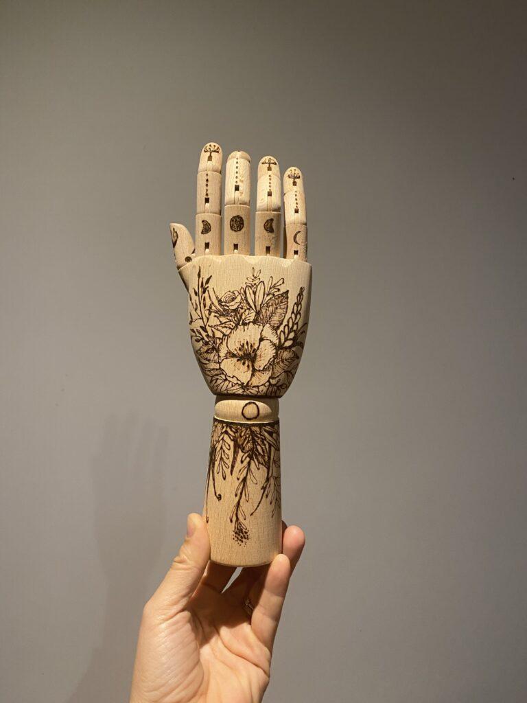 main pyrogravée façon tatouage