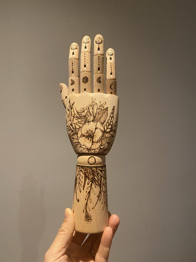 main en bois pyrogravée