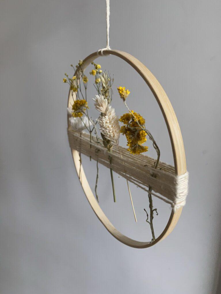 cercle avec des fleurs séchées