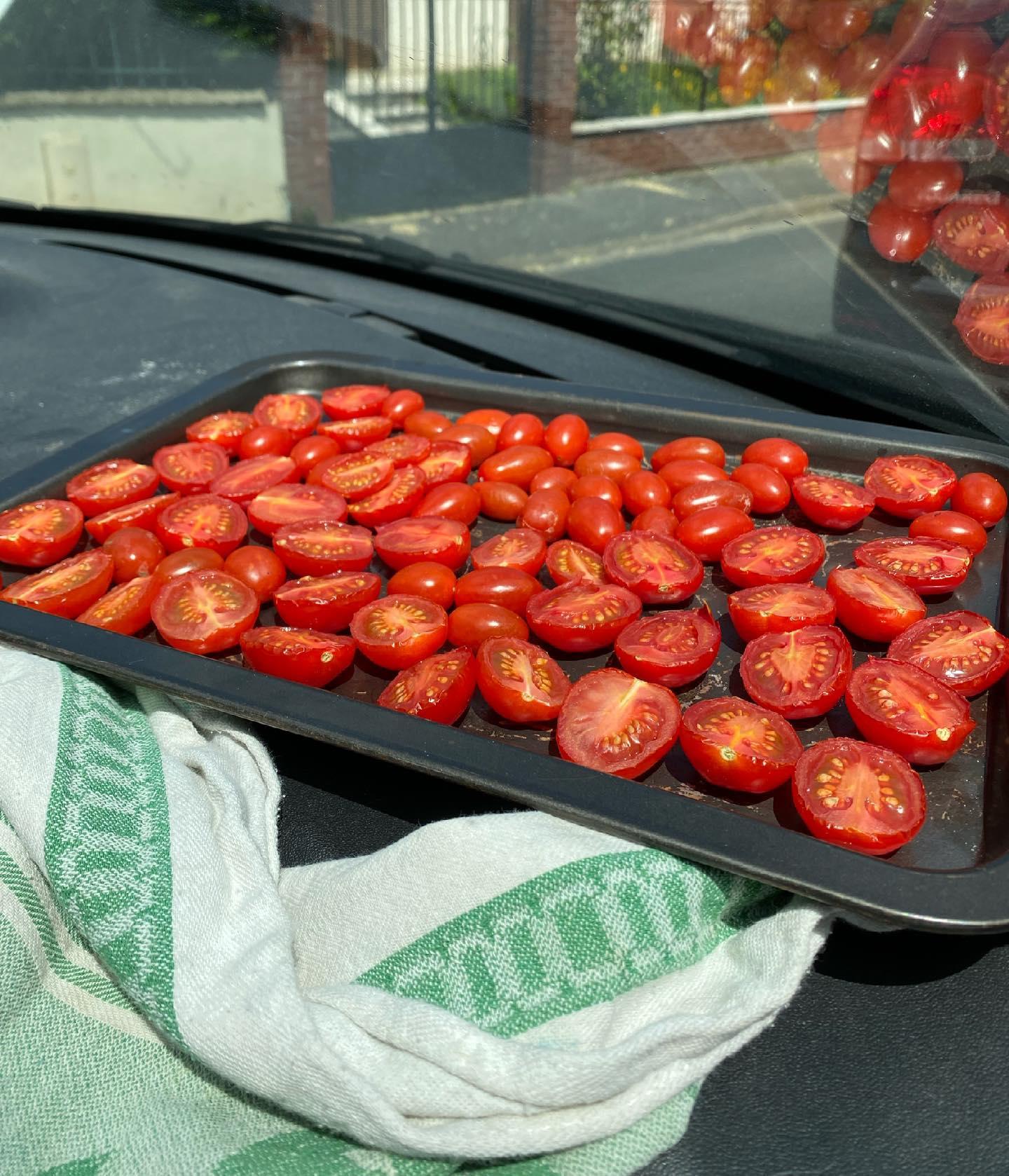 ma voiture est un four et je fais mes tomates séchées dedans
