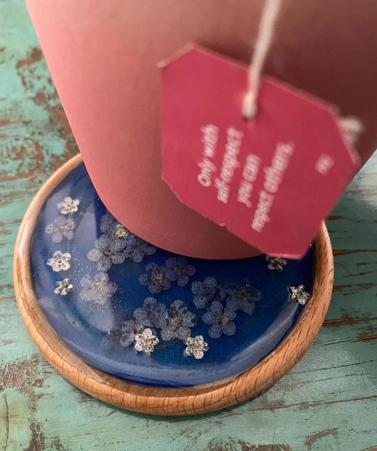 Auto-cadeau :). Je me suis fabriquée deux dessous verre pour poser mes tasses de thé brûlantes et éviter de (re)niquer ma table en bois. J'ai profité de la fabrication de mes pendentif en résine pour couler des restes dans des morceaux de bois. J'ai mis des fleurs séchées dans l'un et fait des petits motifs dans l'autre. Je suis bien bien contente de les avoir. #resinepoxy #resineepoxy