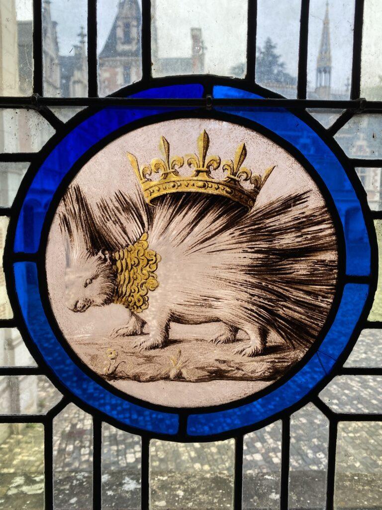 Le porc épique de Louis XII, car le porc-épic, déjà menaçant de près, peut lancer ses piques au loin et atteindre son adversaire. Sa devise qui l'accompagne est«de près et de loin» (Cominus Eminus) et signifie que le roi peut t'atteindre de près ou de loin. Donc fais gaffe l'ami.
