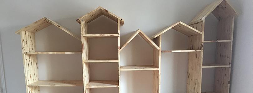 Chambre avec des maisons en bois de rangement